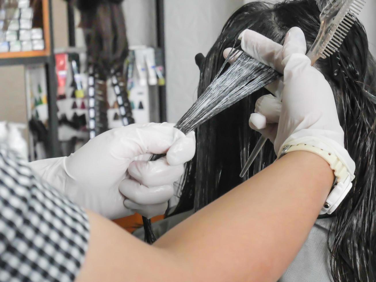 parrucchiere professionista colorazione capelli in salone foto
