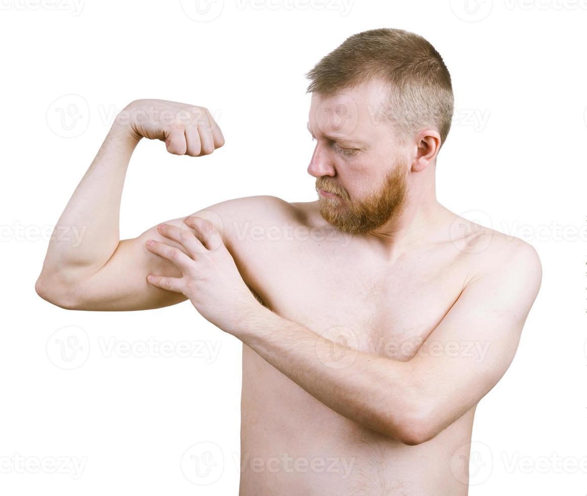 l'uomo barbuto misura i suoi bicipiti foto