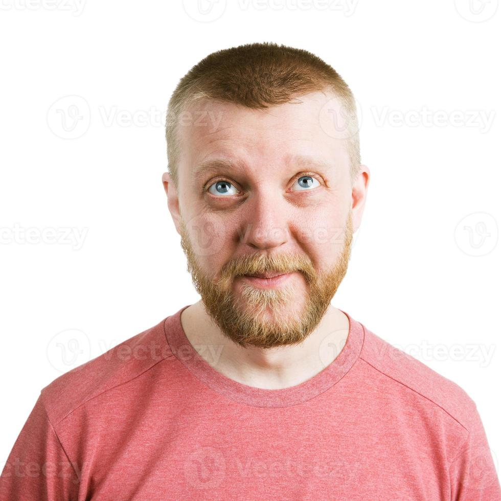 uomo barbuto divertente in camicia che guarda in alto foto
