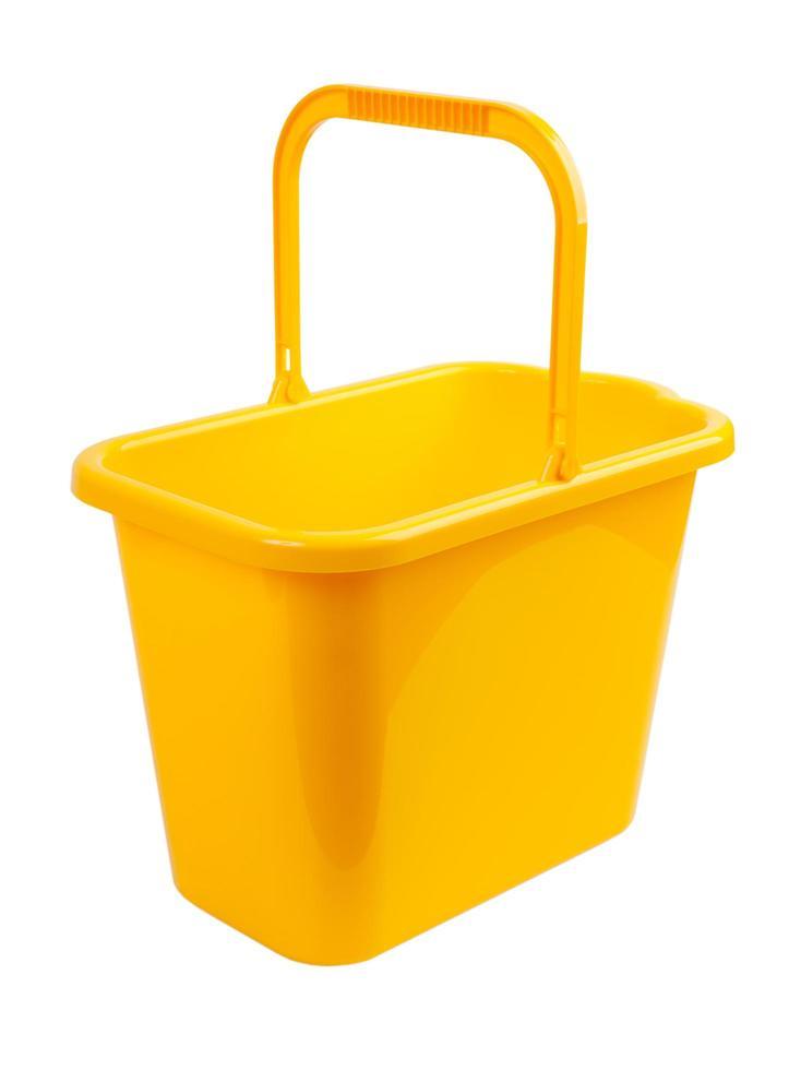 secchio giallo su sfondo bianco foto
