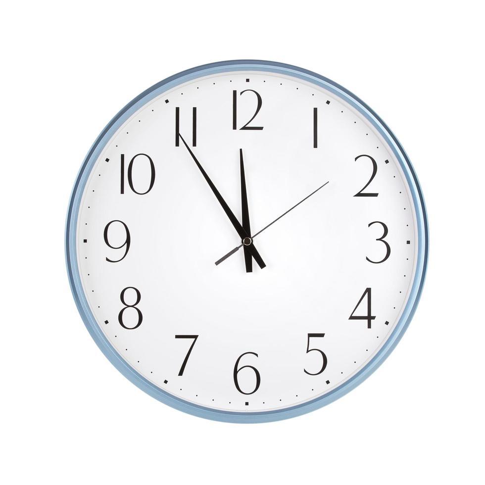 l'orologio rotondo mostra cinque minuti a dodici foto
