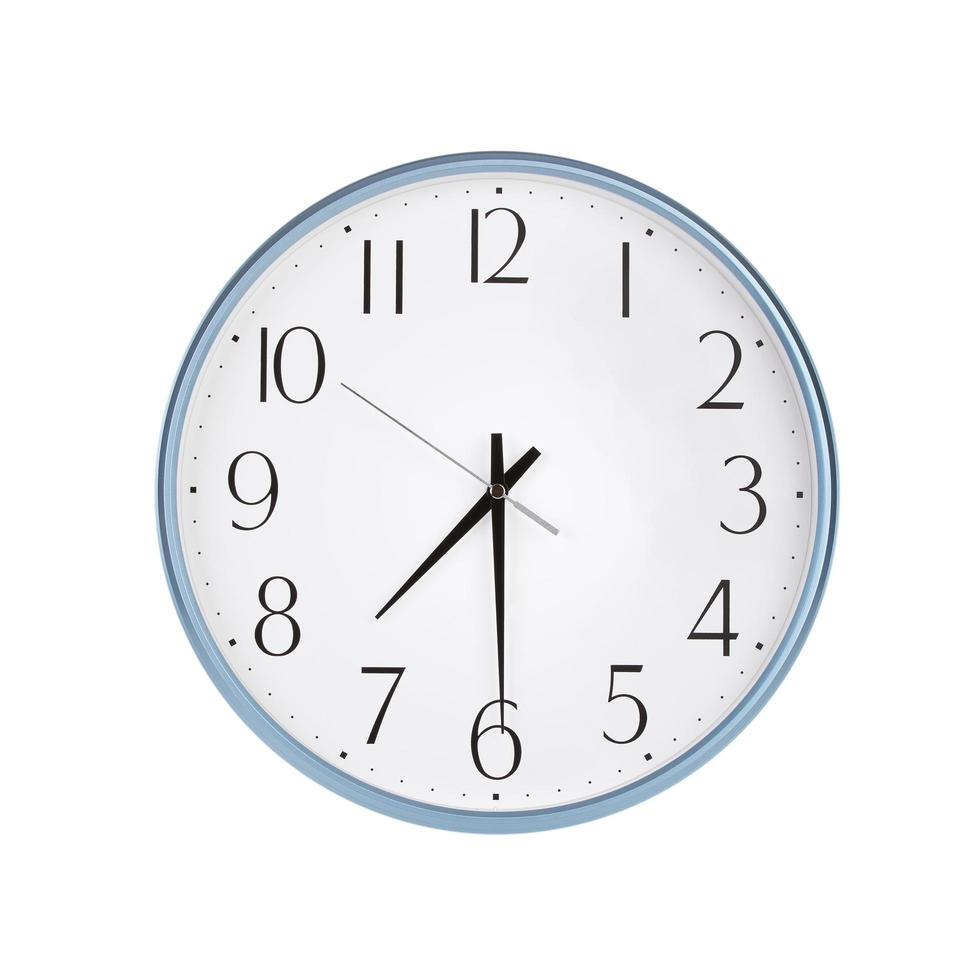 l'orologio rotondo mostra le sette e mezza foto