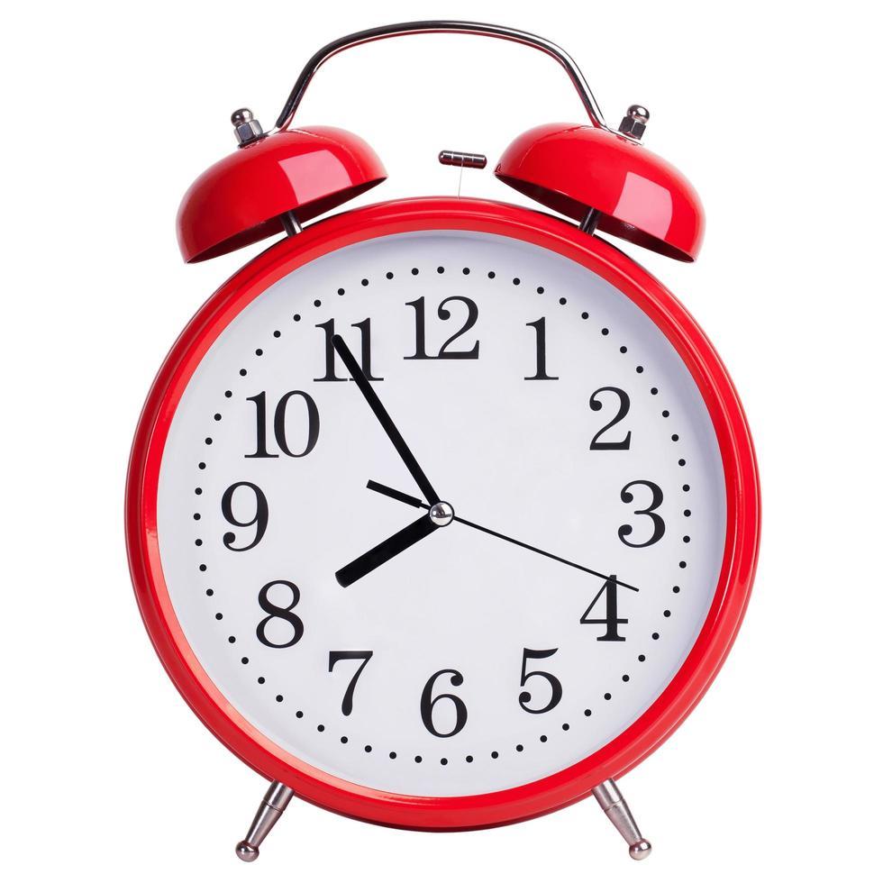 l'orologio rotondo rosso mostra le otto meno cinque foto