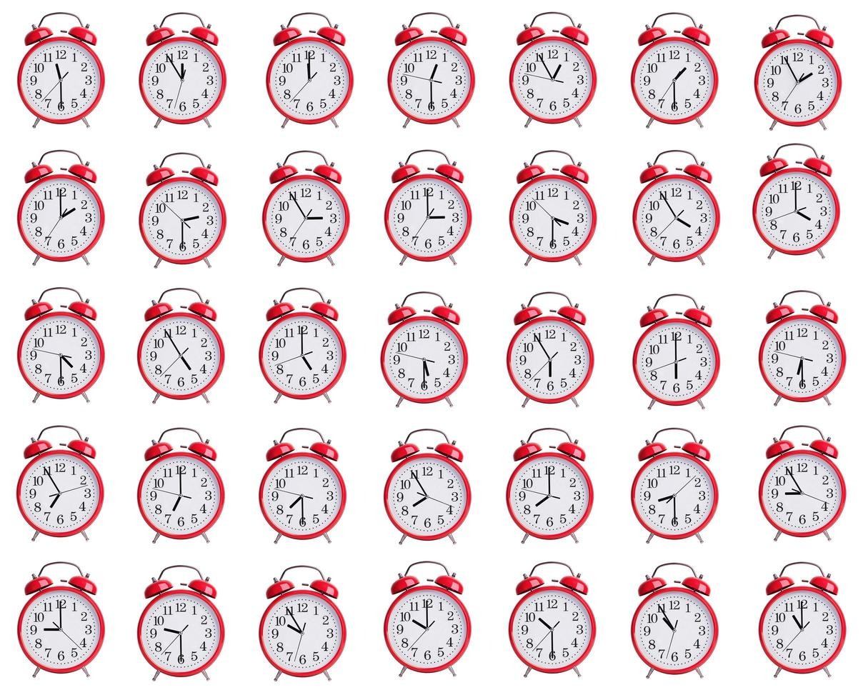 le sveglie mostrano l'ora da un'ora a dodici foto