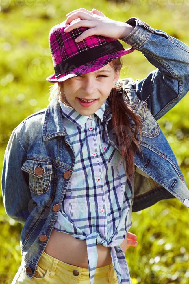 ragazza felice in giacca e cappello foto