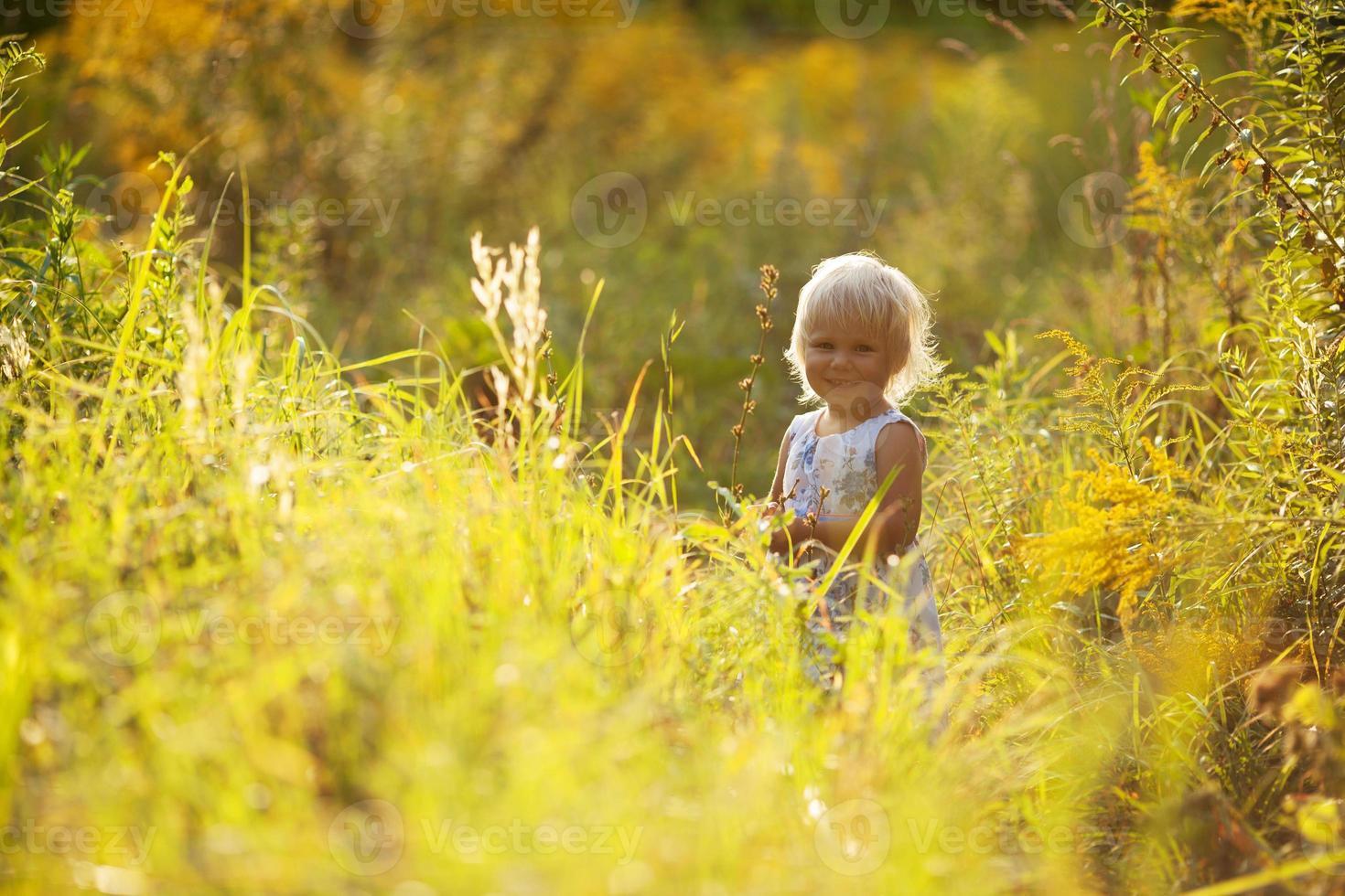 piccola bella ragazza in un vestito foto
