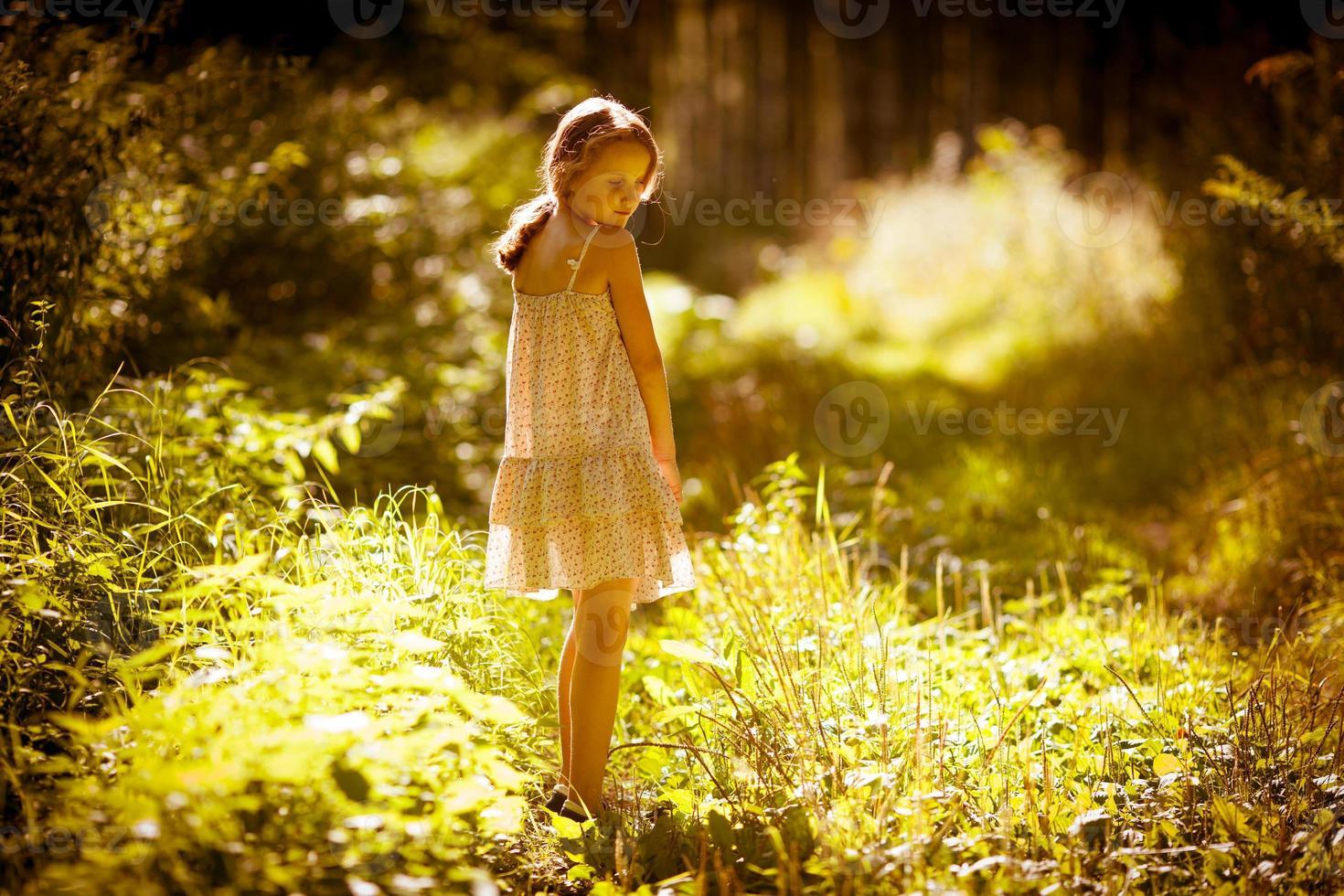 la bambina è in una foresta foto