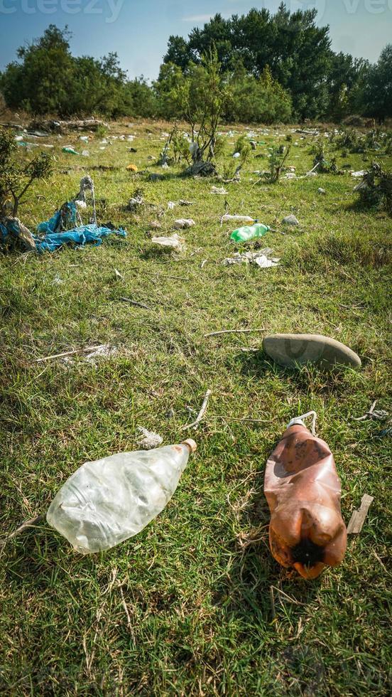 spazzatura lungo il fiume - spazzatura sulle rive del fiume foto