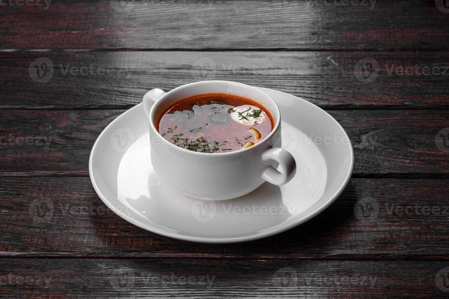 appetitoso piatto di zuppa russa di guazzabuglio in pentola di ceramica foto