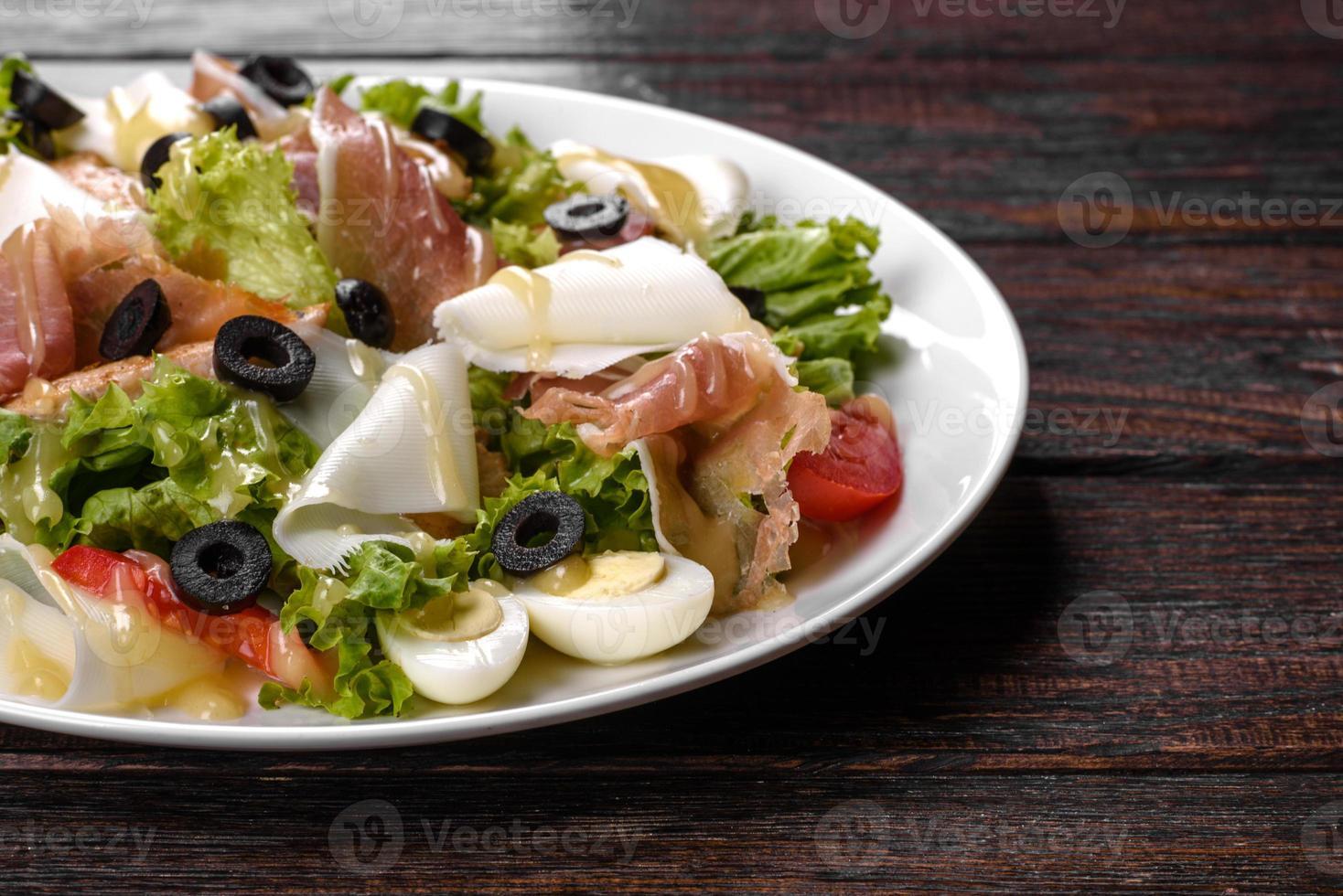 deliziosa insalata fresca con pancetta per la tavola festiva foto