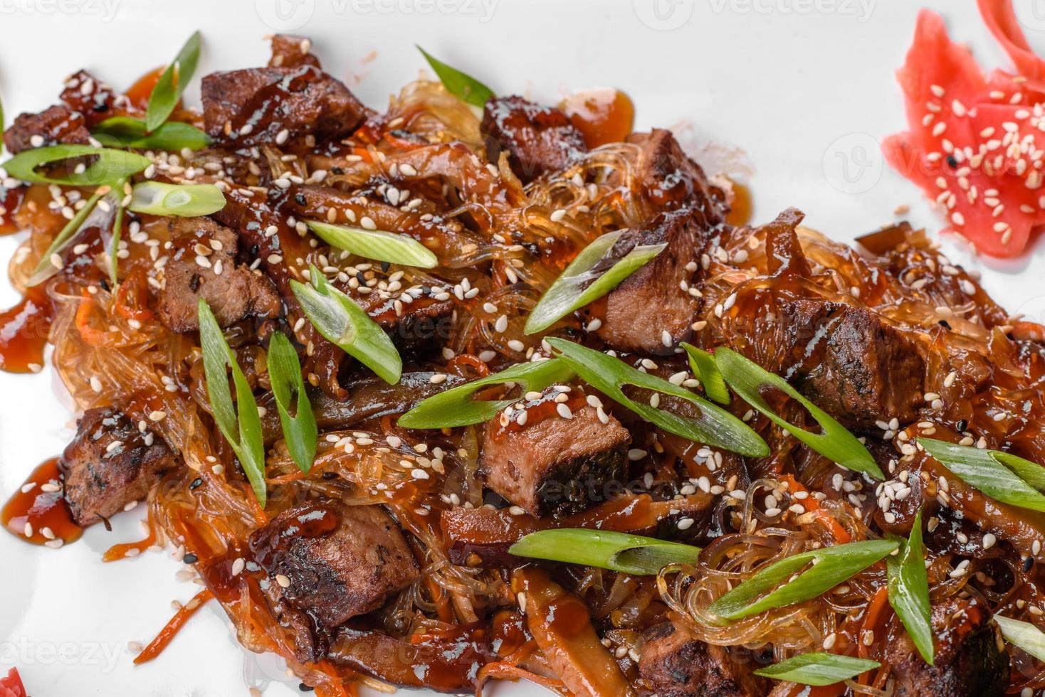 delizioso udon fresco con manzo e spaghetti di riso con spezie e verdure? foto