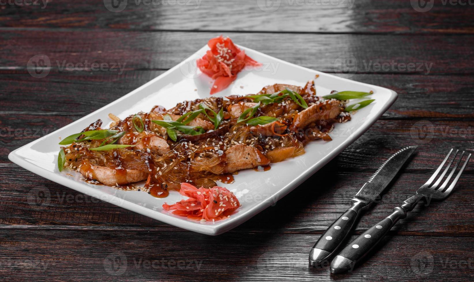 delizioso udon fresco con pollo e spaghetti di riso con spezie e verdure foto