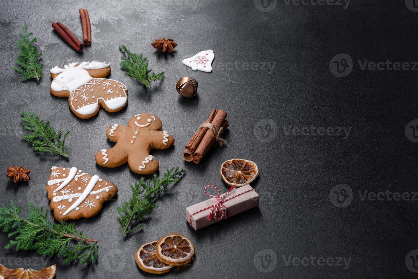 Pan di zenzero festivo natalizio fatto in casa su un tavolo scuro foto