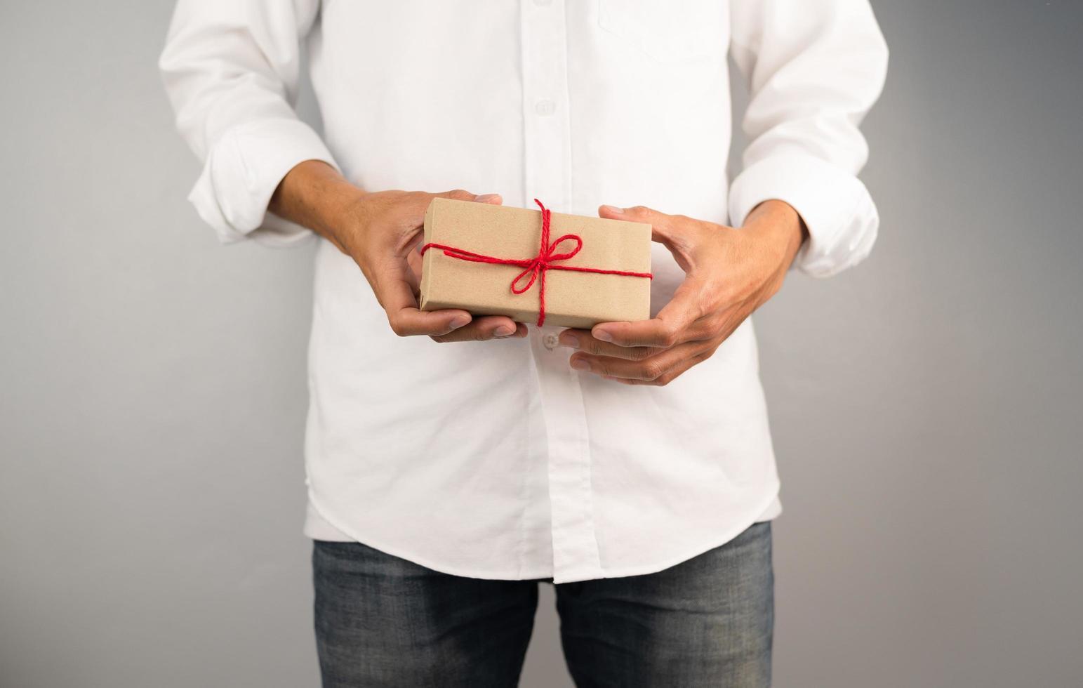 confezione regalo con mano, confezione regalo di Capodanno, confezione regalo di Natale, spazio per le copie. natale, anno hew, concetto di compleanno. foto