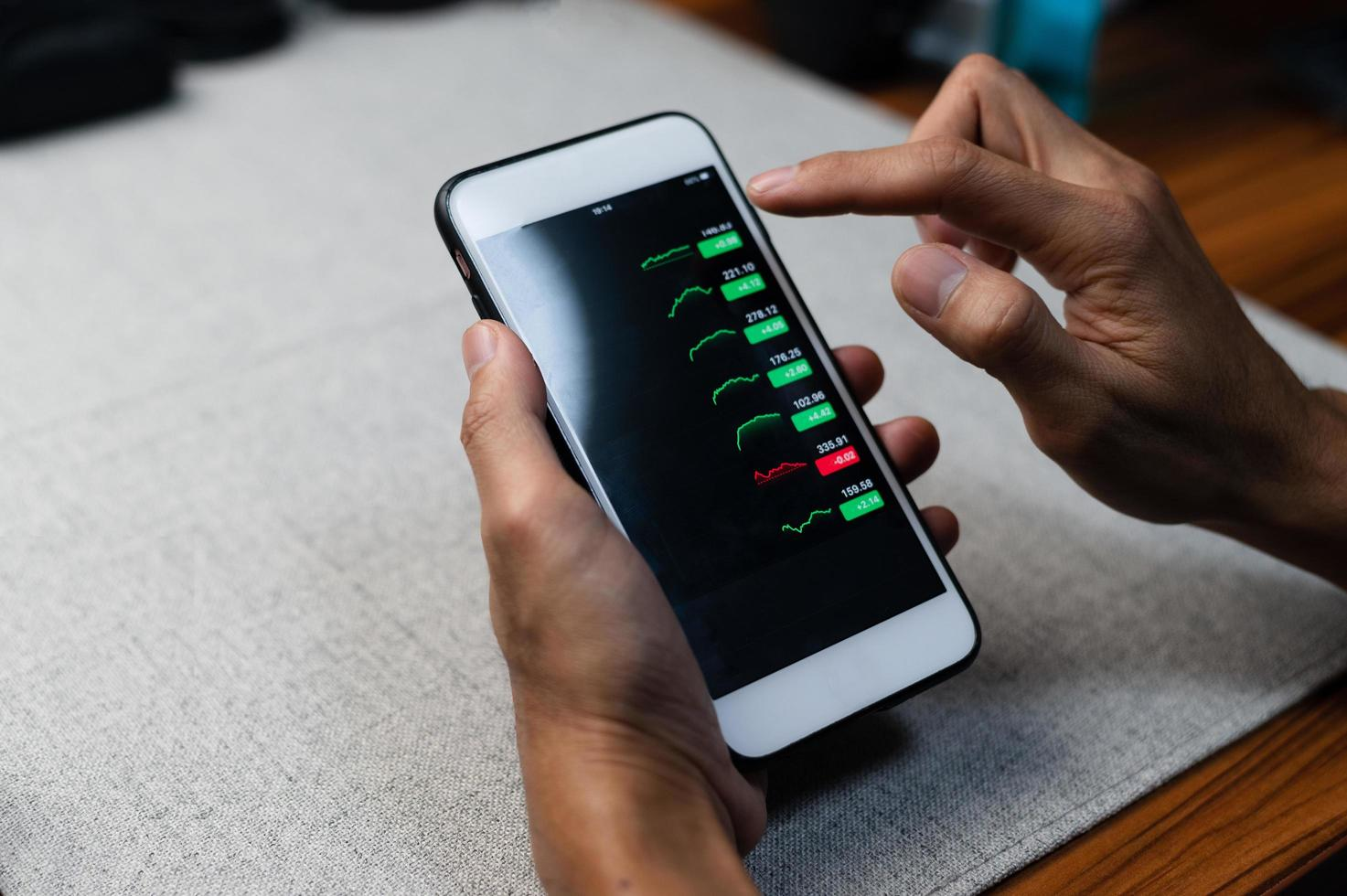 grafico commercio forex investimento aziendale sullo schermo del telefono cellulare foto