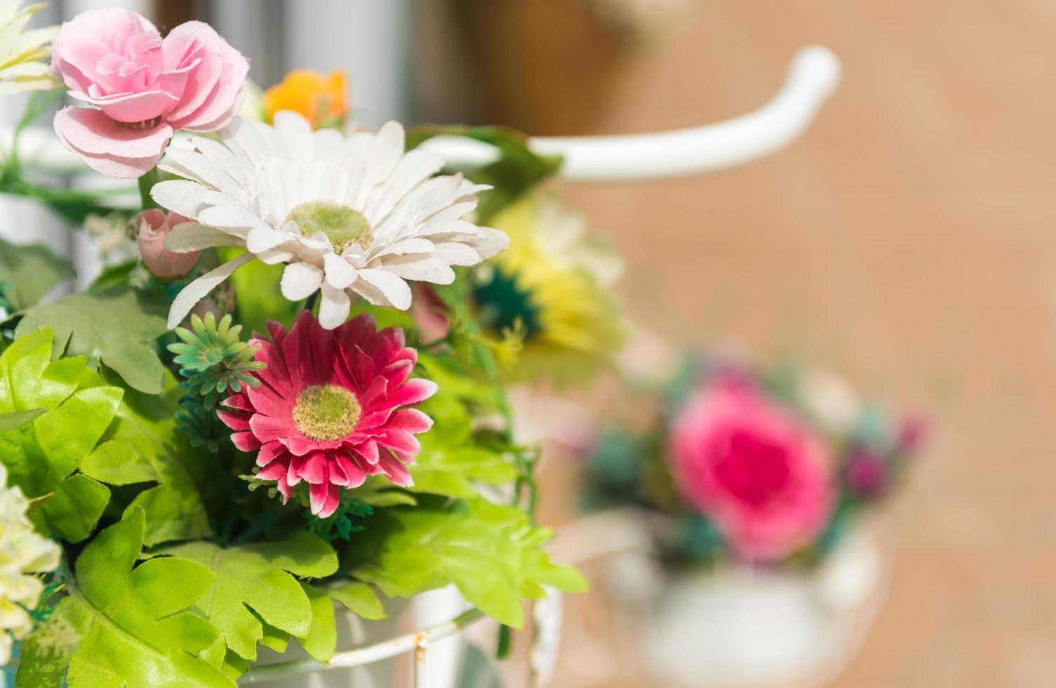 mazzo di fiori di plastica gerbera davanti al ristorante foto