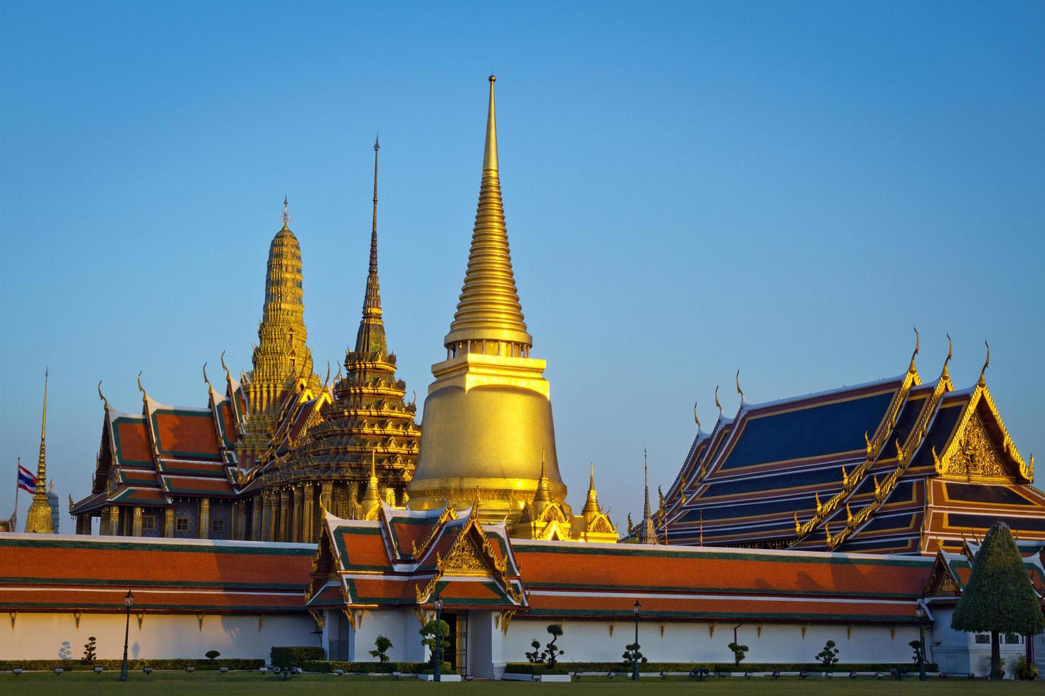 Wat Phra Kaew, tempio del Buddha di smeraldo con cielo blu bangkok, asia thailandia. foto