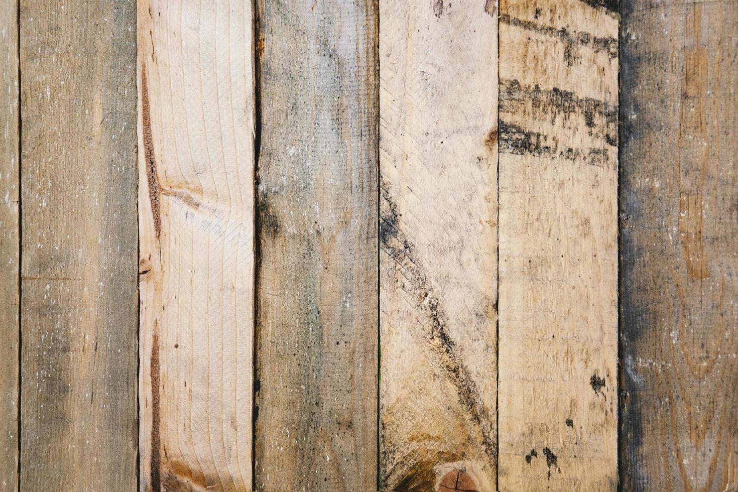 vecchio pannello murale in legno graffiato e rustico foto