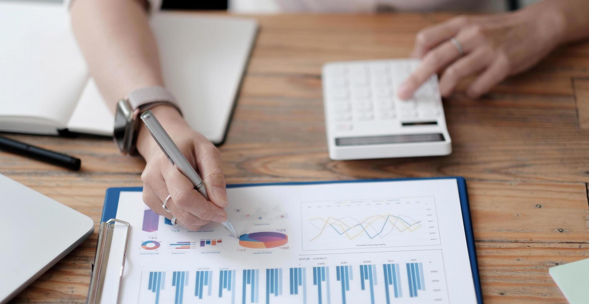 uomo d'affari che lavora alla scrivania, calcolo della contabilità finanziaria aziendale, analisi del grafico foto
