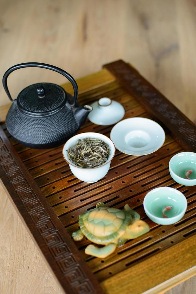 processo di cerimonia del tè impostato per la cerimonia del tè su una tavola da tè con tè cinese bianco. foto