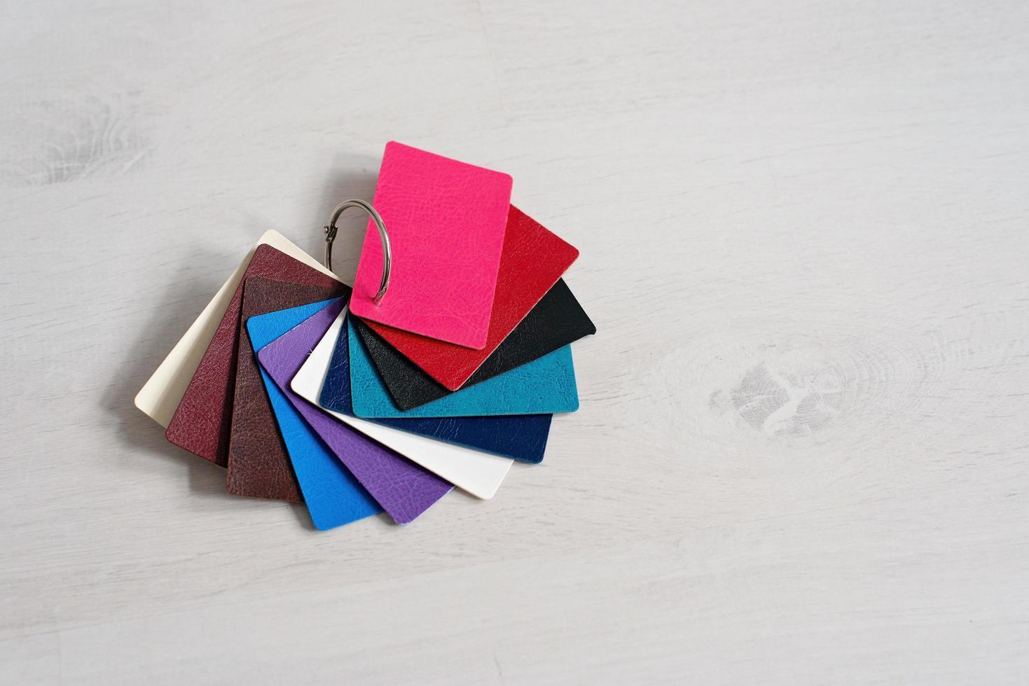 campioni di moda in vera pelle colorata, negozi moderni, concetto di industria. catalogo palette con campioni di pelle colore. disegno della copertina. foto