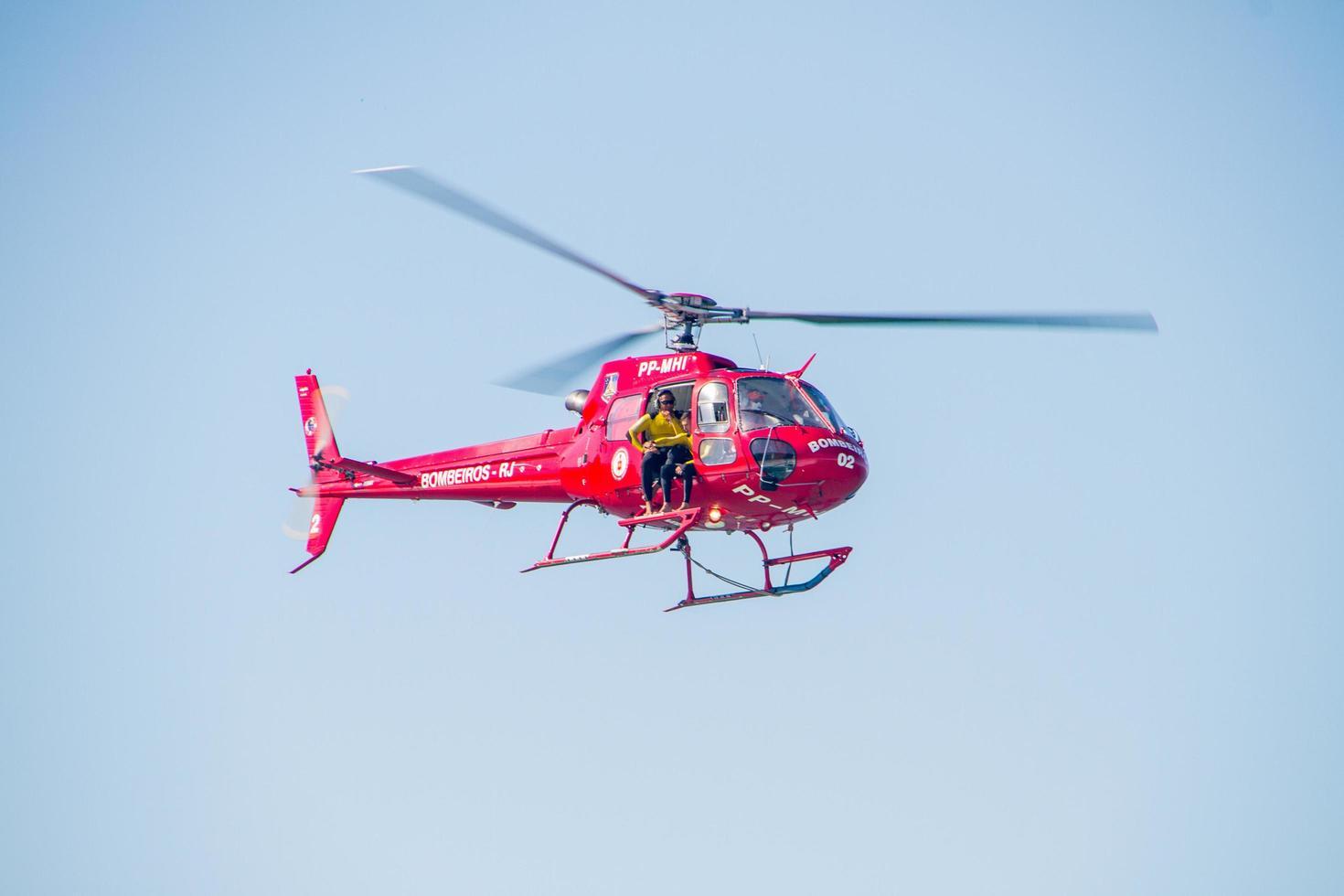 rio de janeiro, brasile, 2015 - elicottero dei vigili del fuoco nel cielo foto