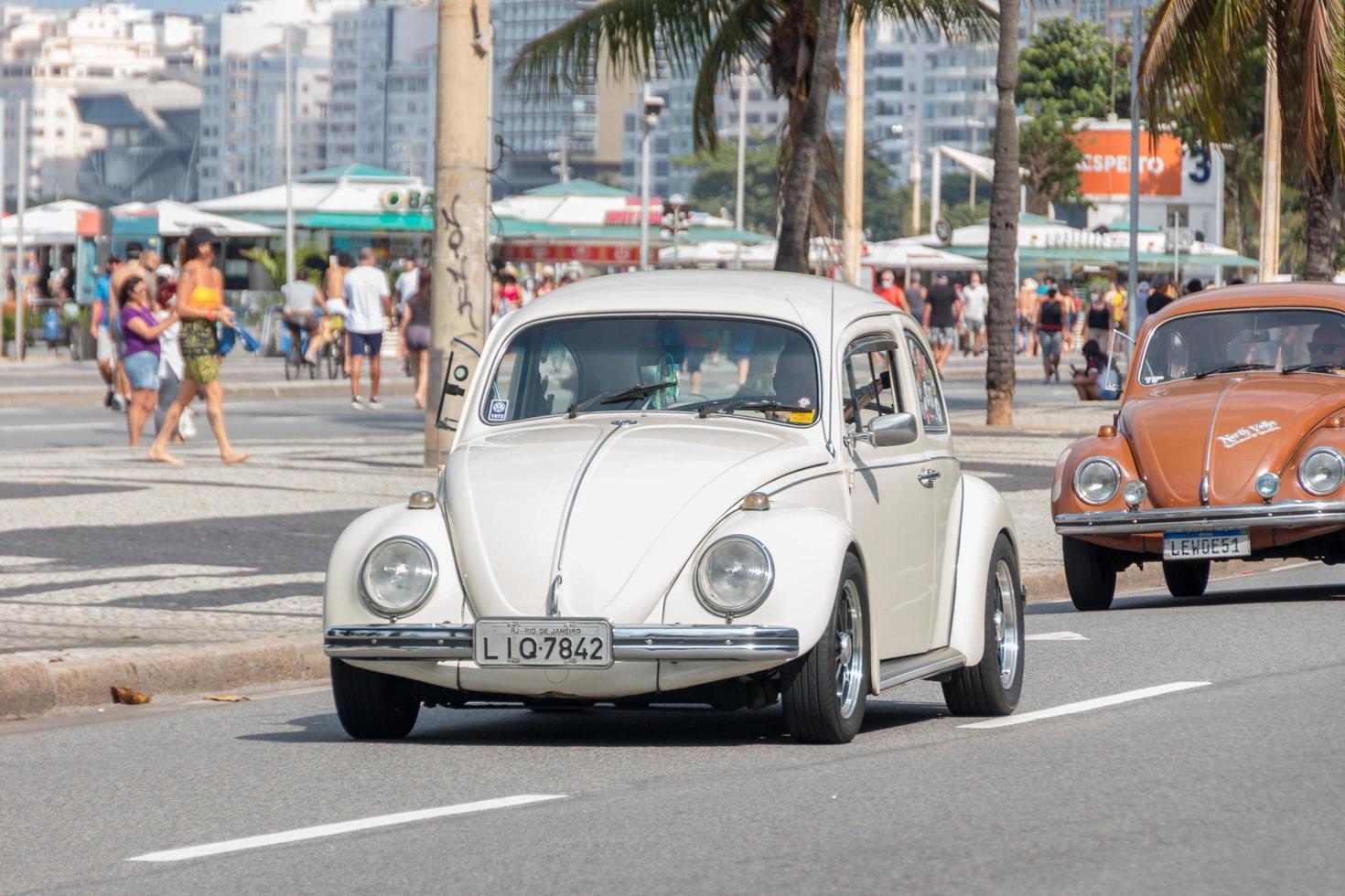 rio de janeiro, brasile, 2021 - auto scarabeo sulla spiaggia di copacabana foto