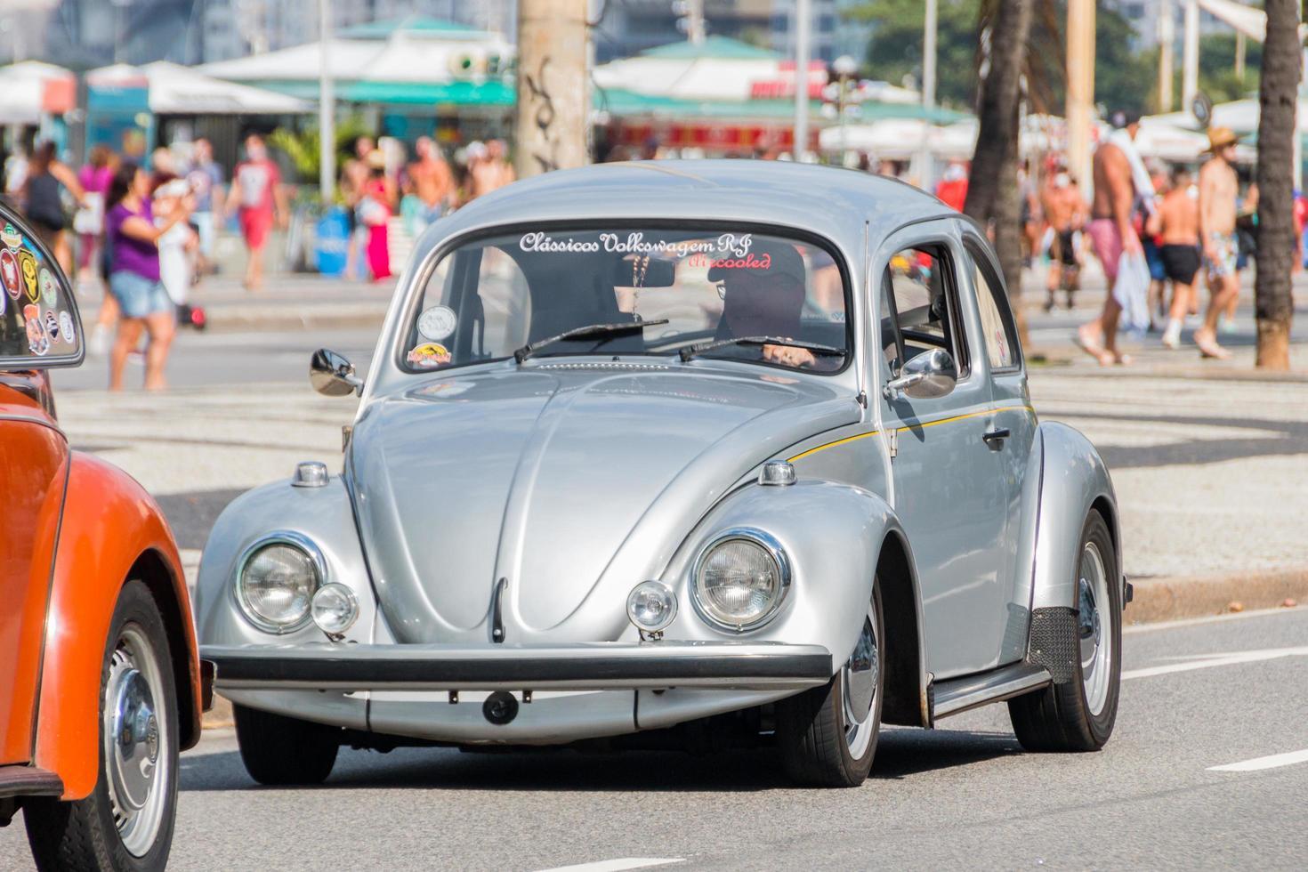 rio de janeiro, brasile, 2015 - auto scarabeo sulla spiaggia di copacabana foto