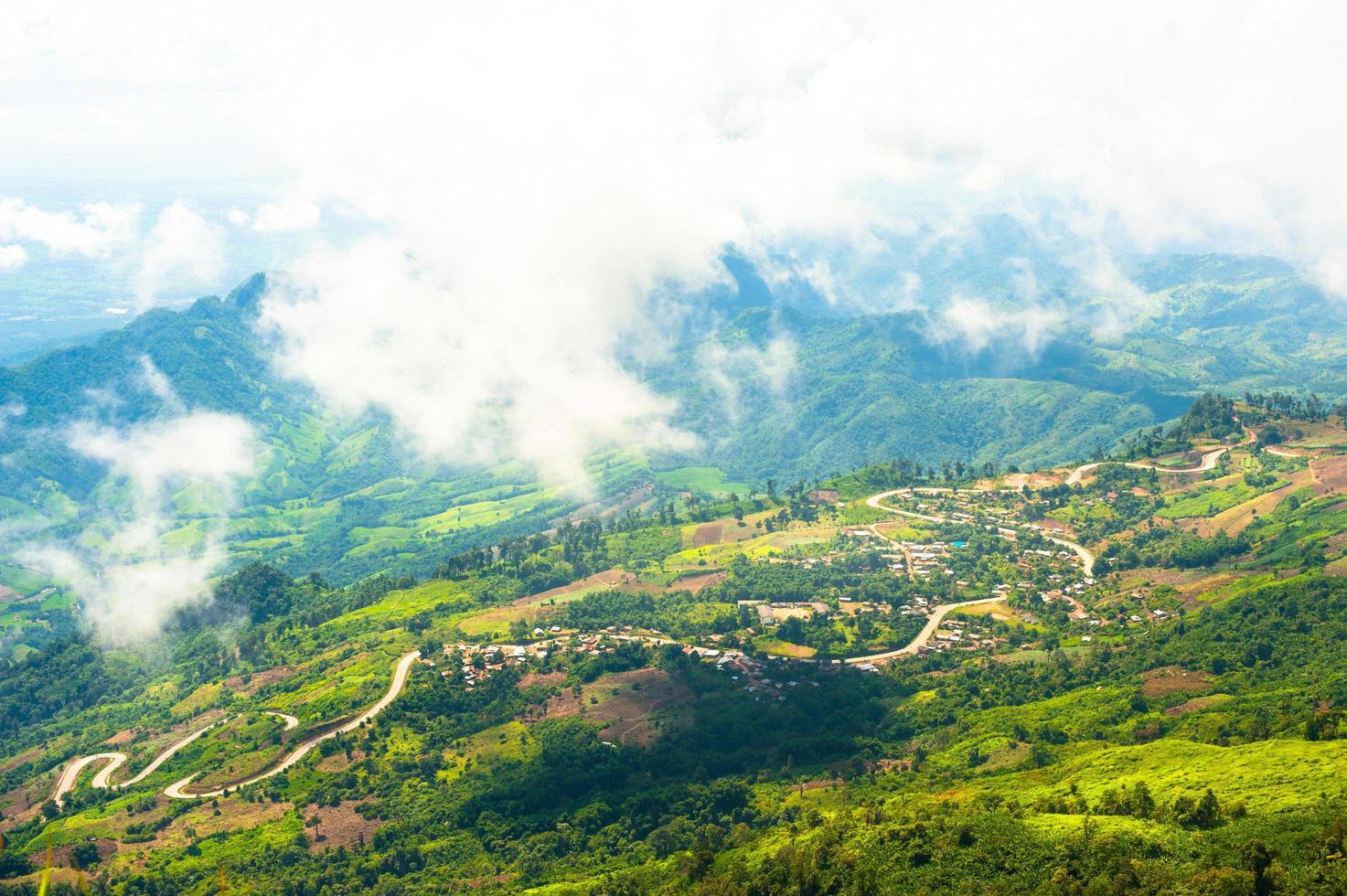 bellissimo paesaggio di montagne e cielo blu nuvola foto