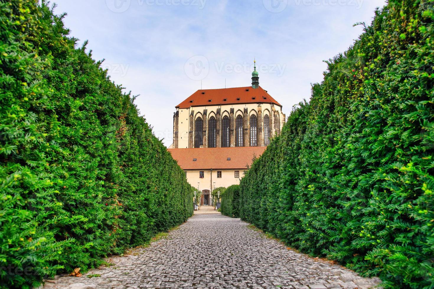 suggestiva veduta della chiesa della vergine maria della neve dal giardino dei francescani foto