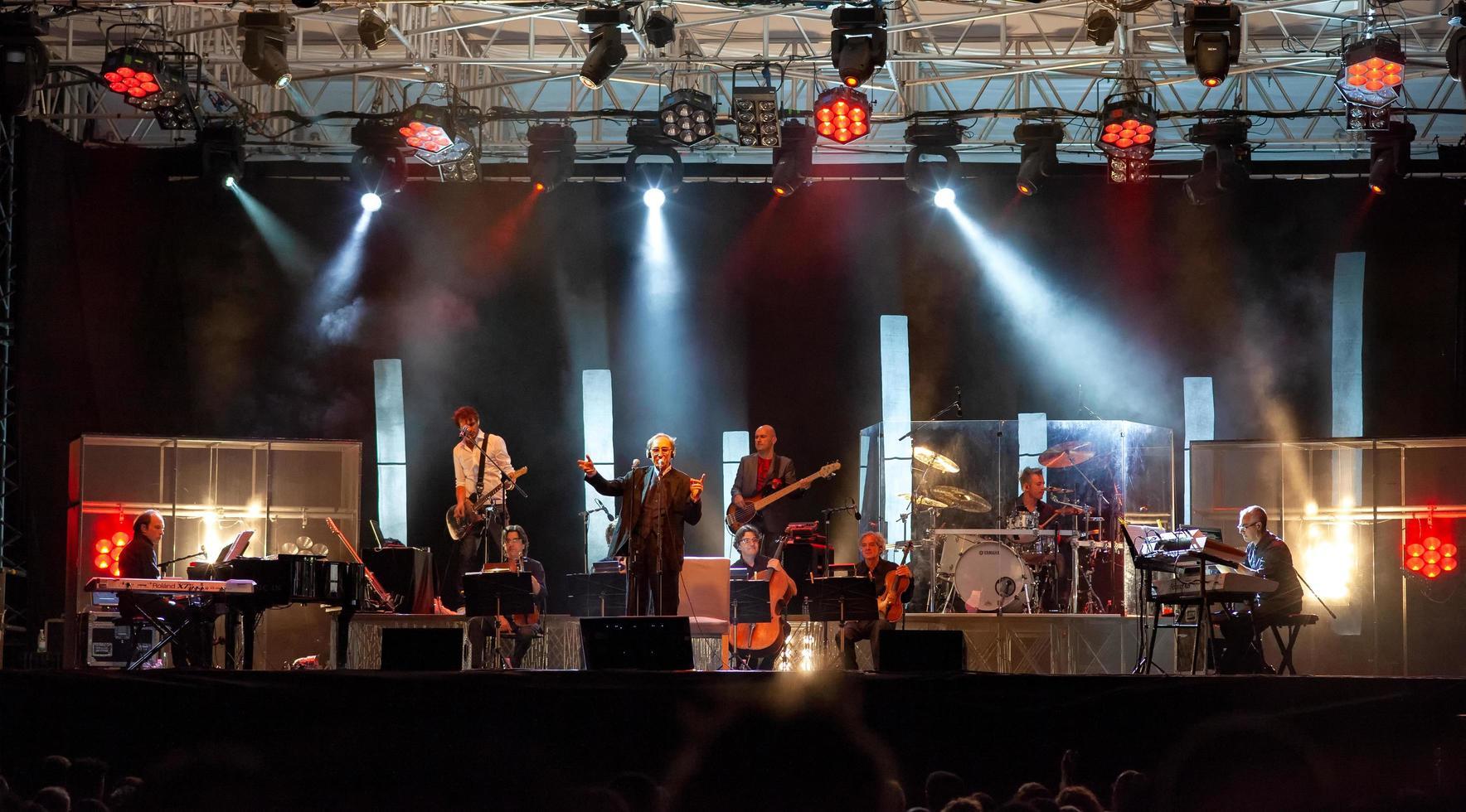 monza, italia, 2021 - concerto rock dal vivo di franco battiato foto
