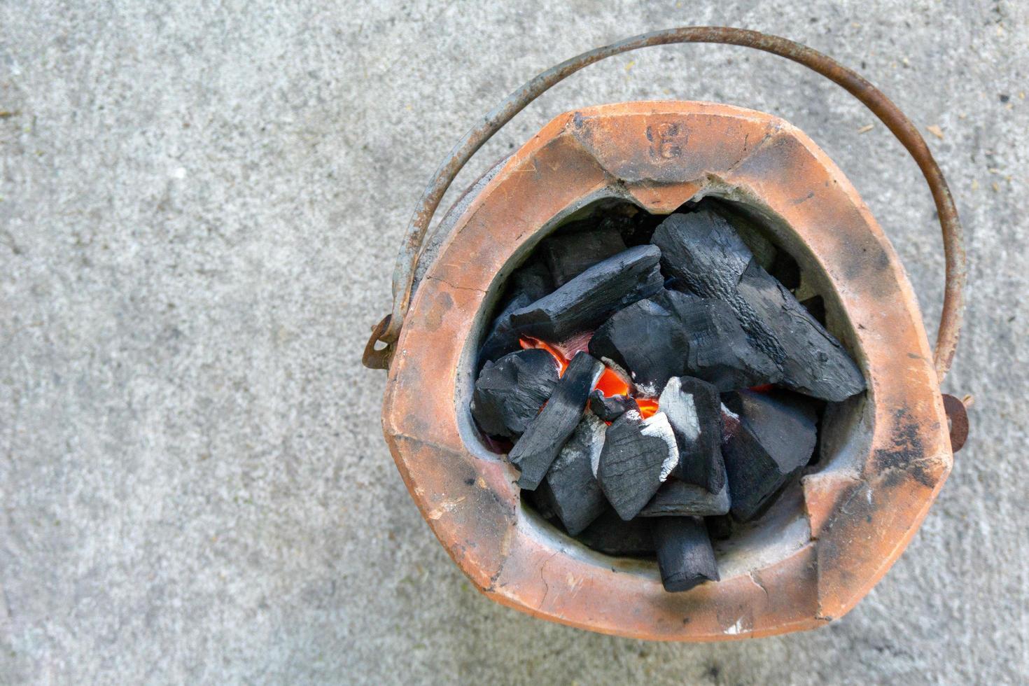 vista dall'alto stufa a carbone con copia spazio foto