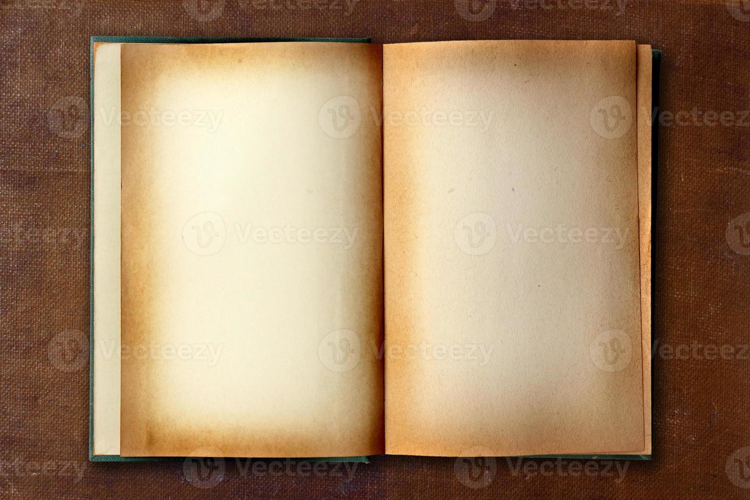 vecchio libro di lavoro macchiato aperto foto
