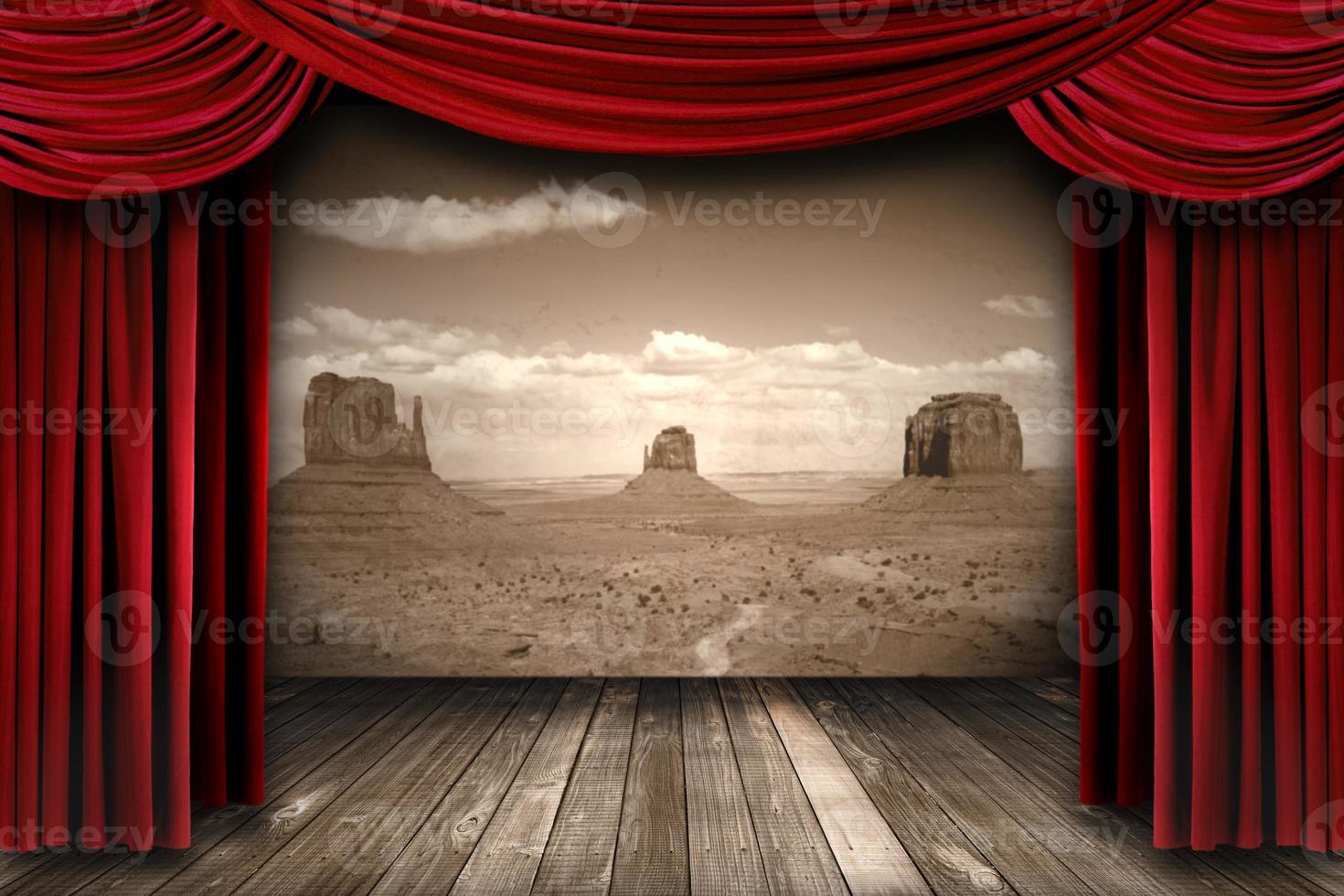 tende da teatro rosse con sfondo di montagne del deserto foto