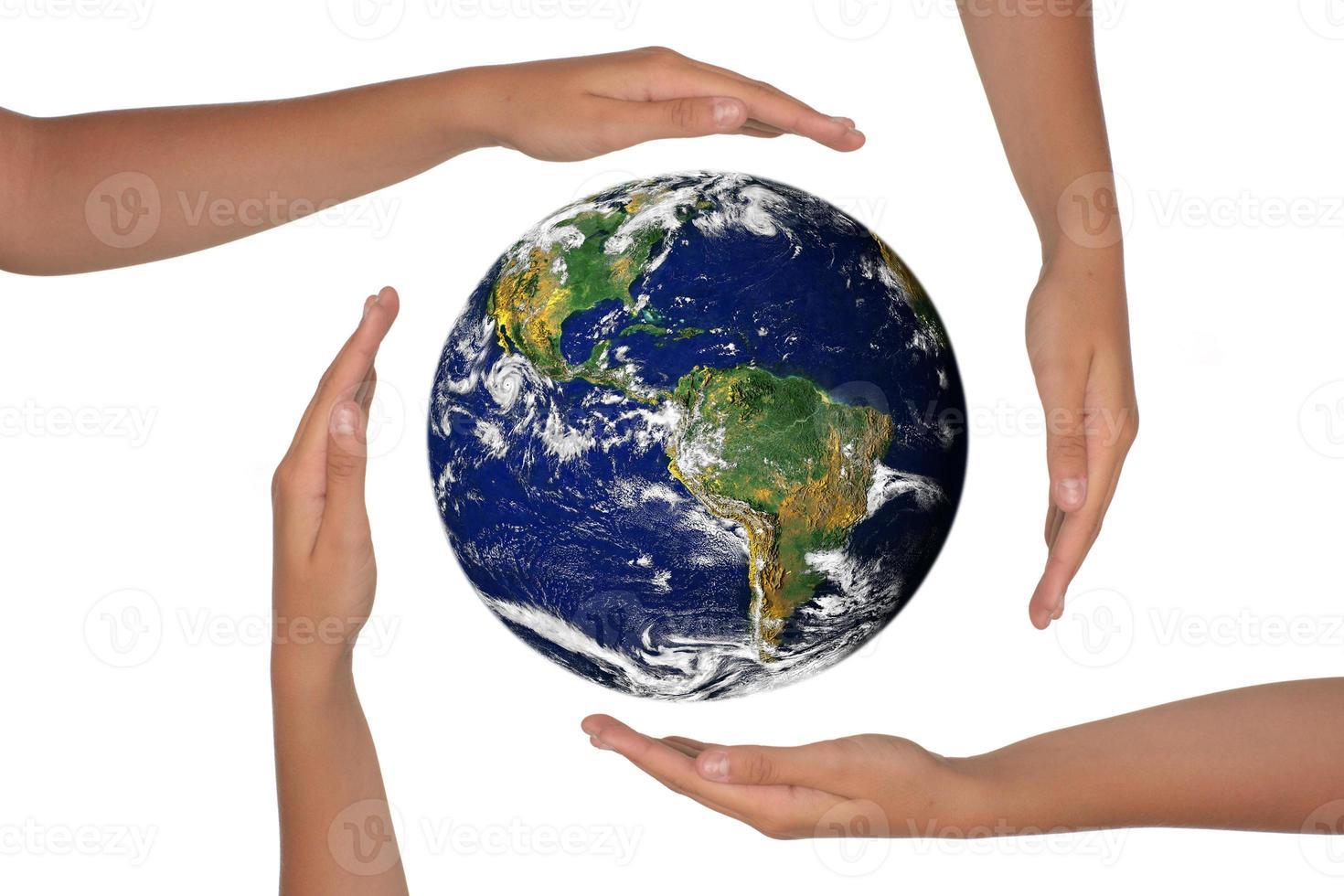 mani intorno a una visione satellitare della terra foto