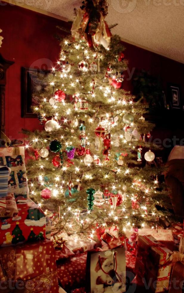 albero di natale di notte foto