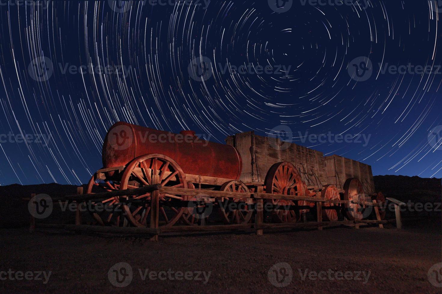 esposizione notturna tracce stellari del cielo nella valle della morte california foto