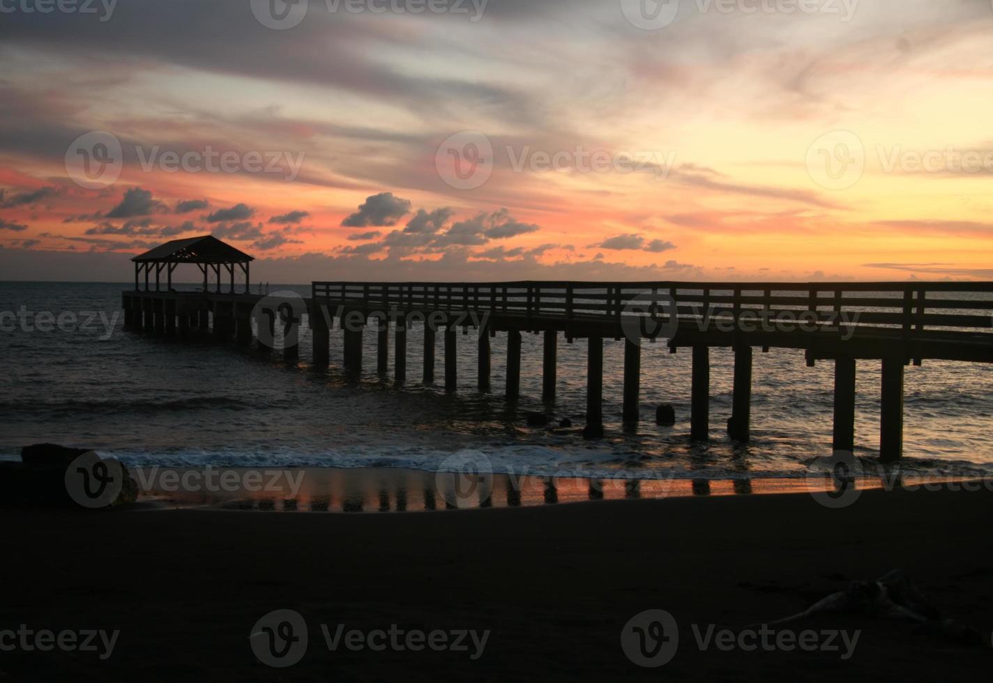 bellissimo tramonto del molo della baia di hanalei alle hawaii foto