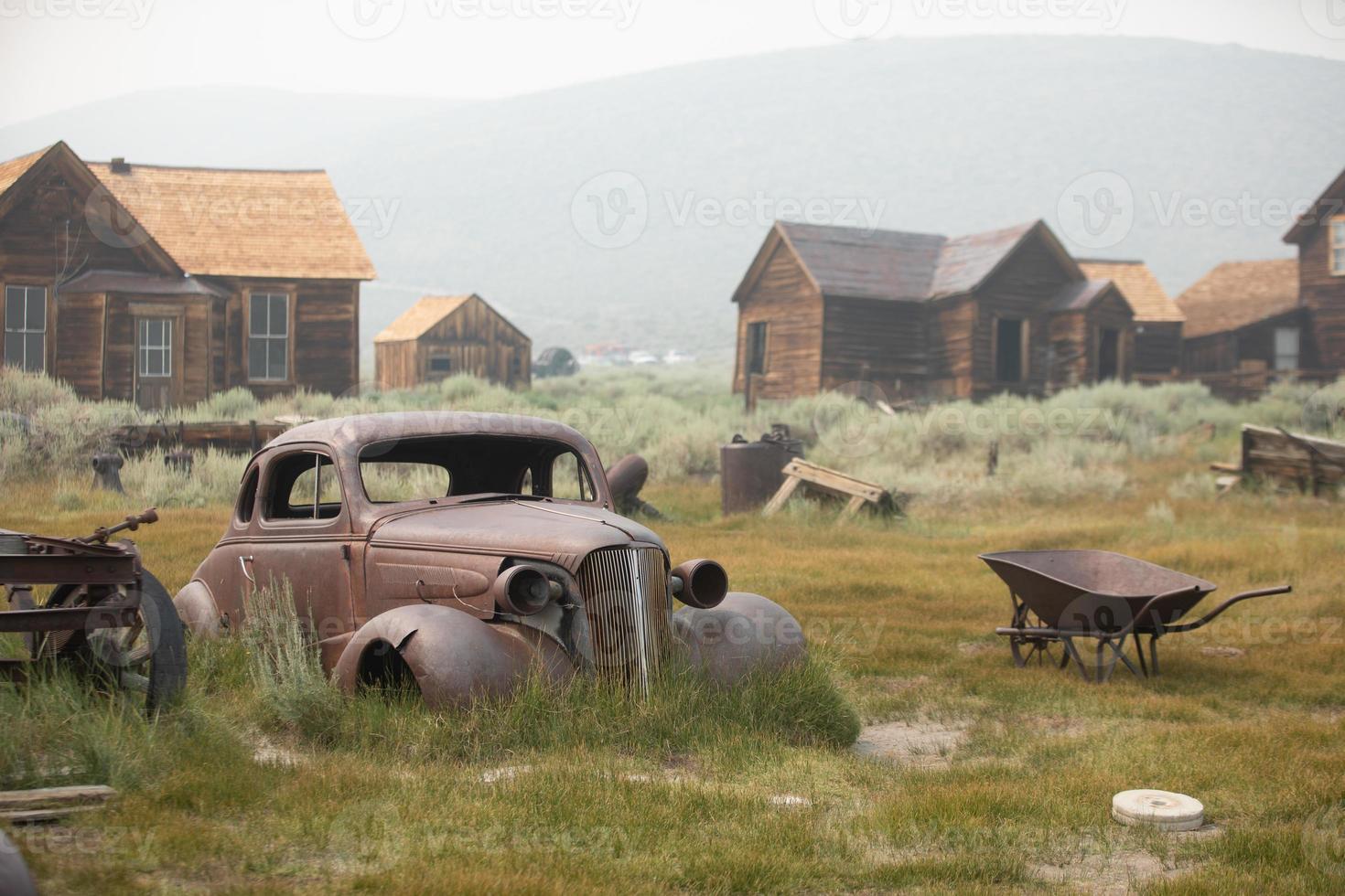 città fantasma nella Sierra orientale con un'auto d'epoca foto