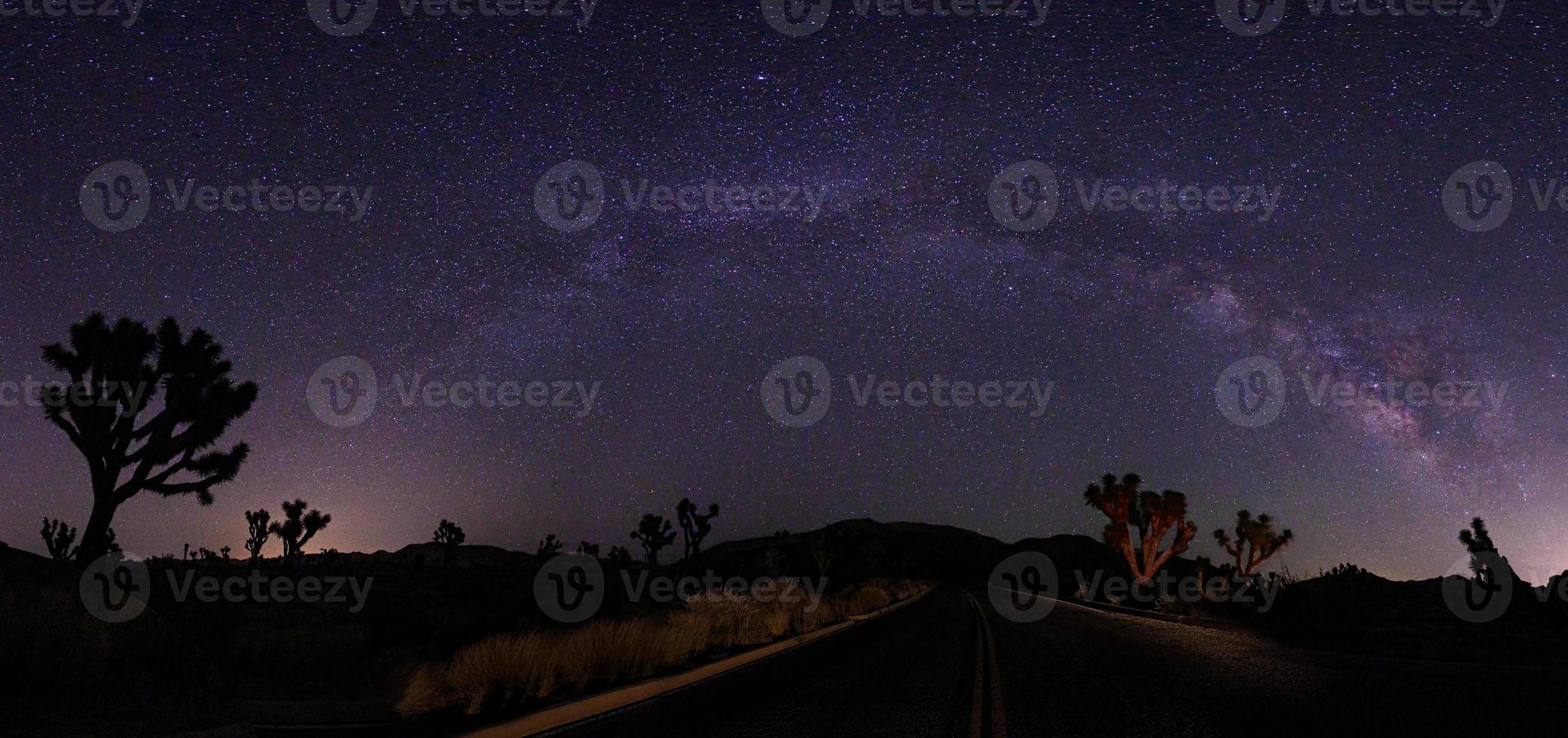 paesaggio dipinto di luce di campeggio e stelle foto
