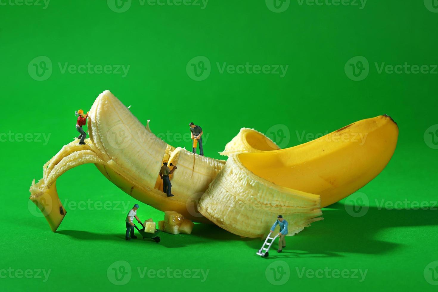 lavoratori edili in immagini alimentari concettuali con banana foto
