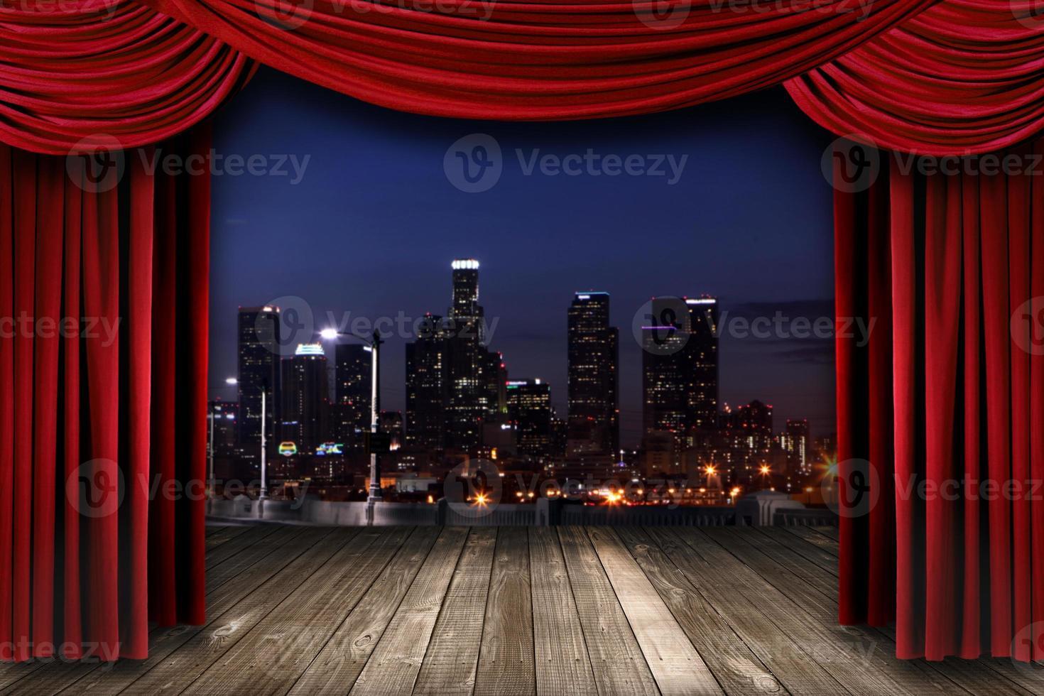 drappi del sipario del teatro con una città notturna come sfondo foto