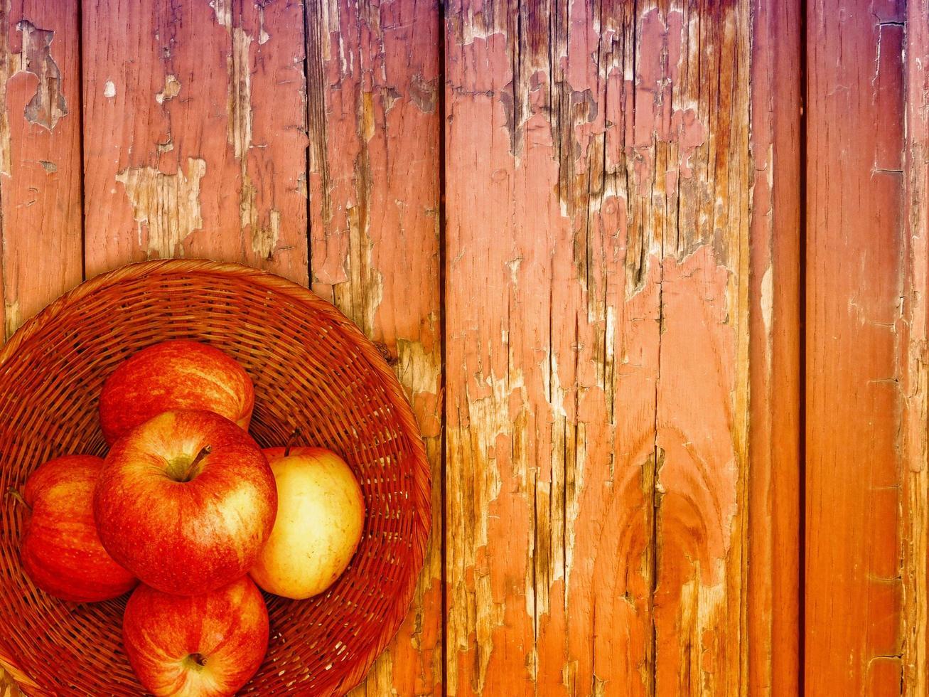 mele sullo sfondo di legno foto