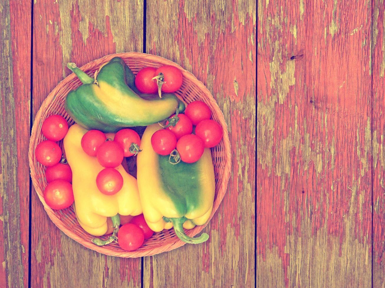 verdure su fondo in legno foto