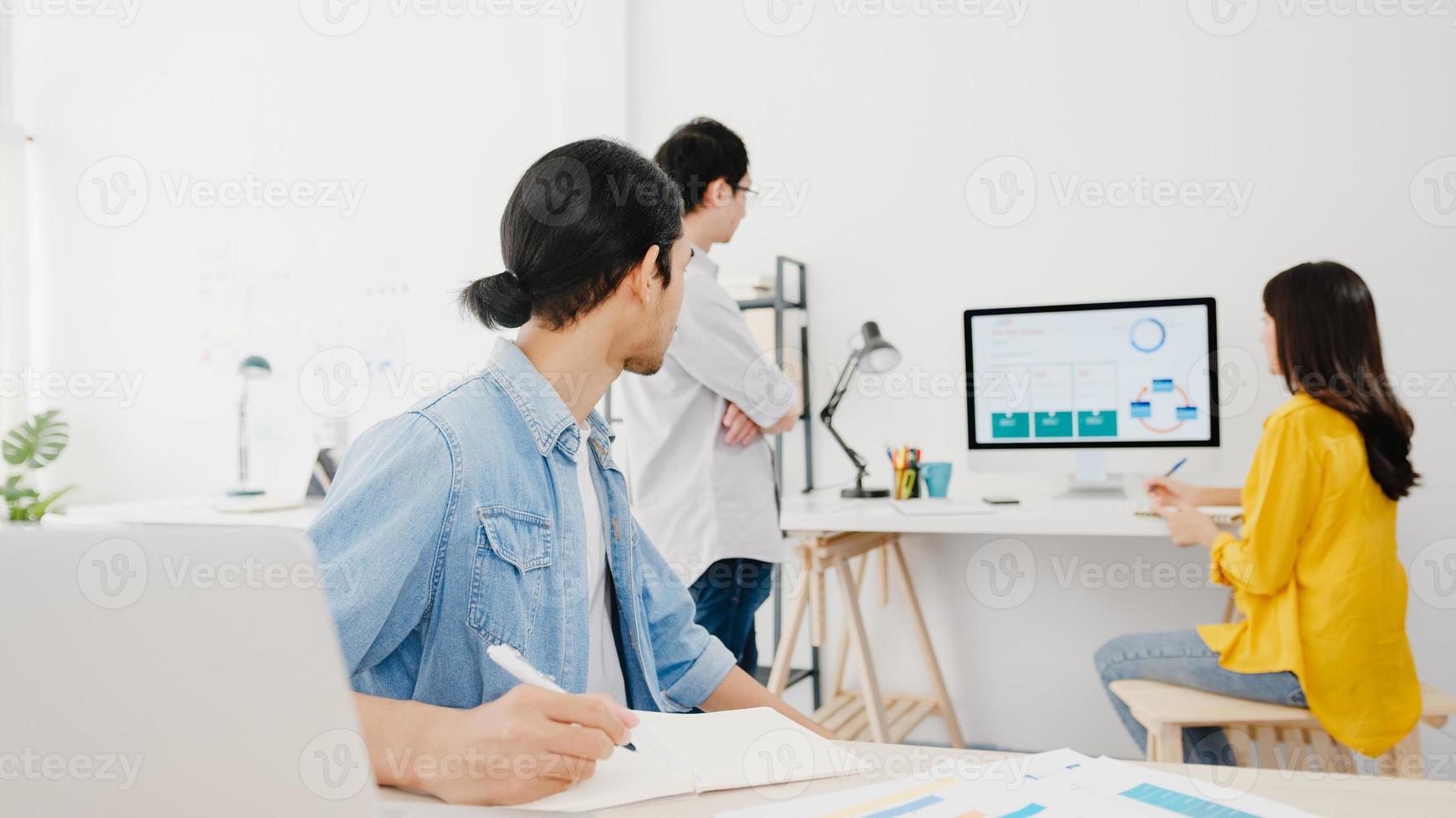 processo collaborativo di uomini d'affari multiculturali che utilizzano la presentazione del laptop e la riunione di comunicazione idee di brainstorming su nuovi colleghi di progetto piano di lavoro strategia di successo in home office. foto