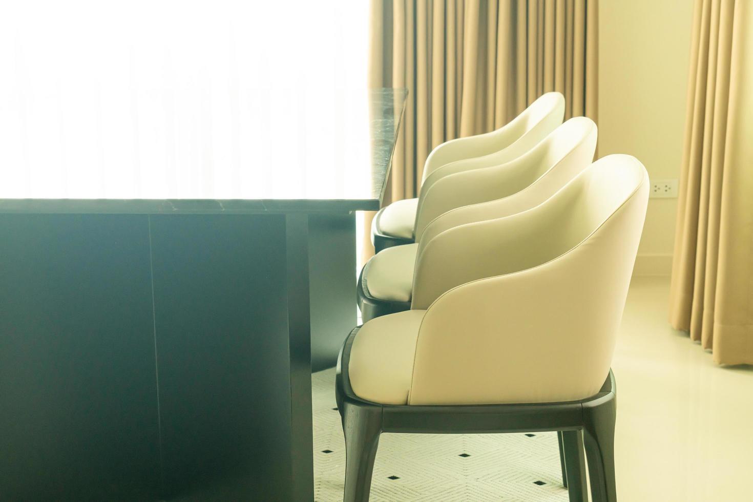tavolo da pranzo vuoto e decorazione della sedia a casa foto