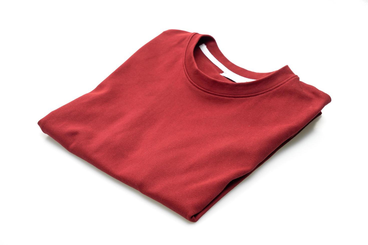 t-shirt piegata isolata su sfondo bianco foto