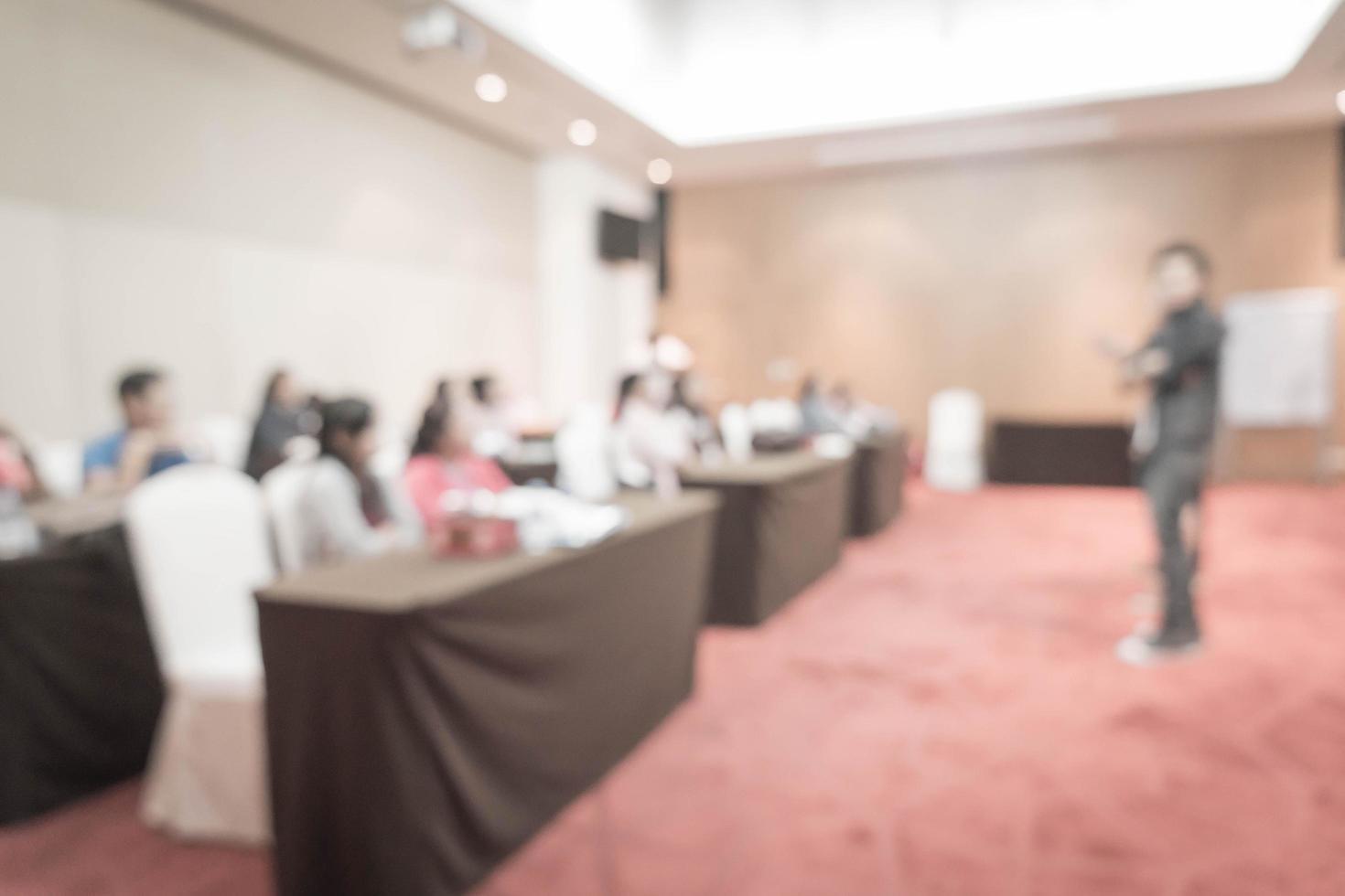 sfocatura astratta le persone studiano o tengono conferenze o si incontrano o fanno workshop in classe - filtro effetto vintage foto