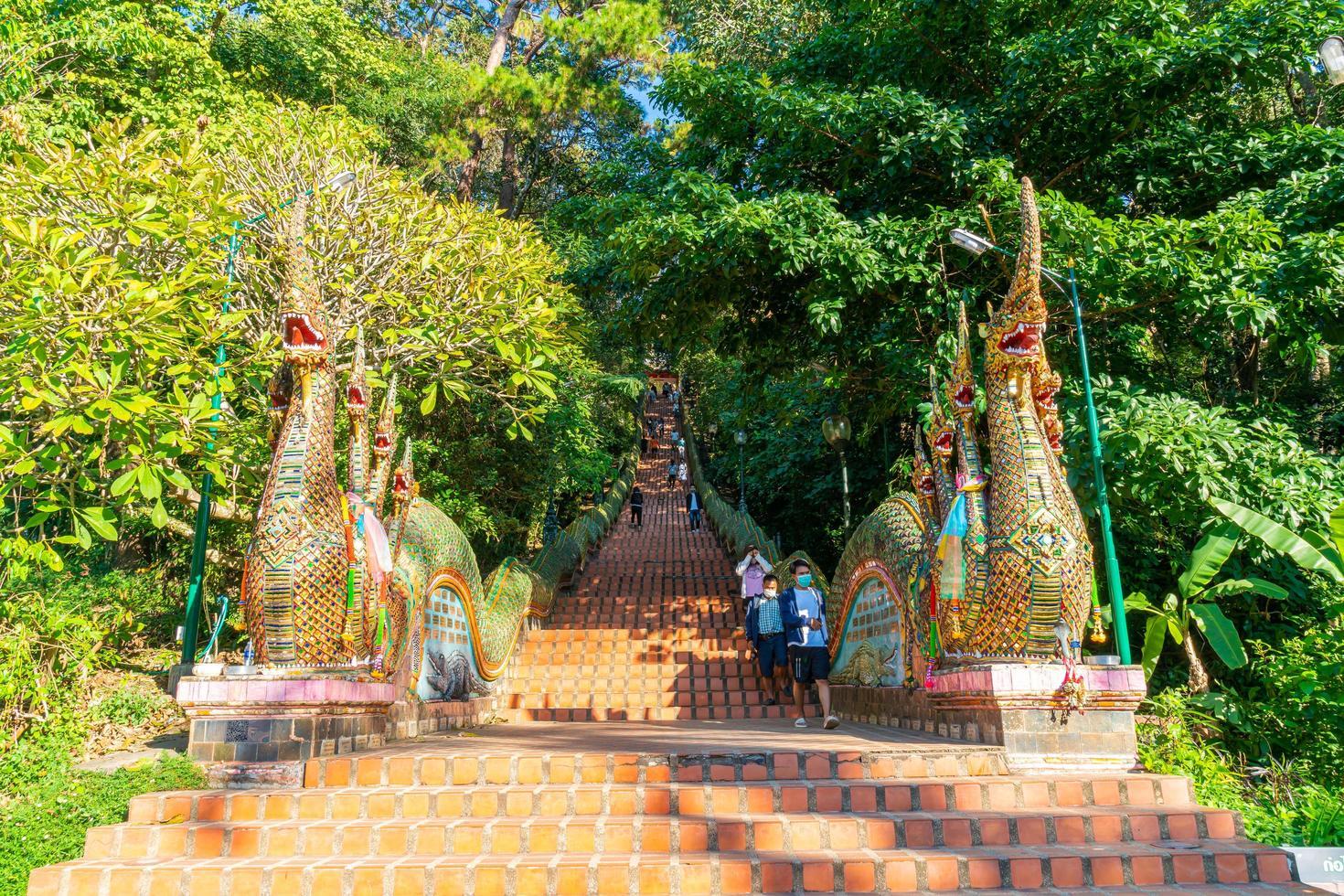 chiang mai, thailandia - 8 dicembre 2020 - monte d'oro al tempio di wat phra that doi suthep. foto