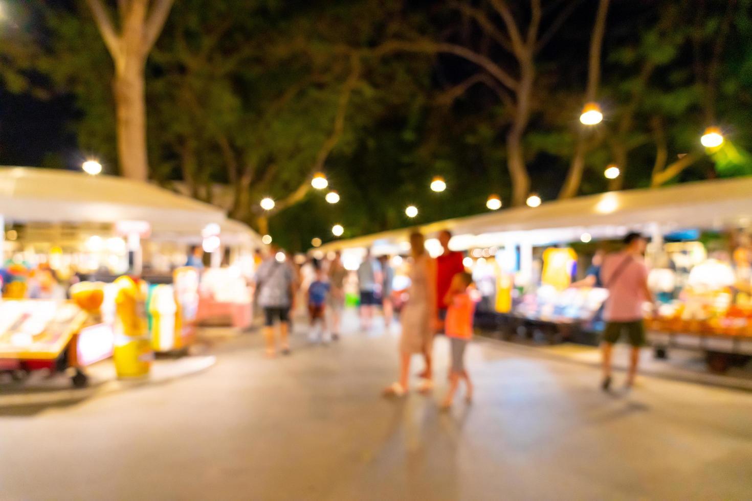 sfocatura astratta e mercato di strada notturno sfocato per lo sfondo foto